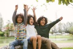 Lyckliga joyfully gladlynta barn för afrikansk amerikanpysungar och skratta Begrepp av lycka arkivfoton