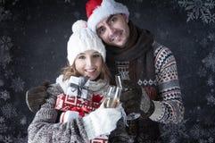 Lyckliga julpar med exponeringsglas och gåvor Royaltyfri Fotografi