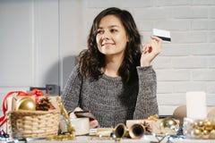 Lyckliga köpande gåvor för ung kvinna direktanslutet royaltyfria bilder