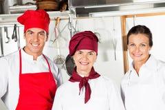 Lyckliga kockar i kök Arkivfoto