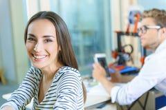 Lyckliga kollegor som använder tredimensionell teknologi Royaltyfria Foton