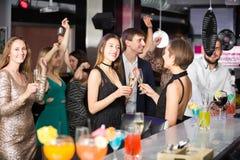 Lyckliga kollegor som dansar på det företags partiet arkivfoton
