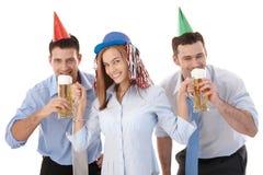 Lyckliga kontorsarbetare som har partigyckel efter arbete royaltyfria bilder