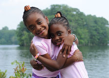 lyckliga krama systrar Royaltyfria Bilder