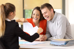 Lyckliga kunder som avslutar avtalet och bryter det royaltyfri foto