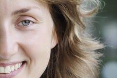 Lyckliga kvinna fase Arkivfoto