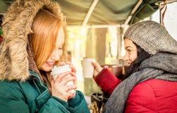 Lyckliga kvinnaflickvänbästa vän som delar tid samman med kaffe Arkivbilder