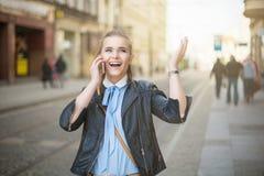 Lyckliga kvinnahälerigoda nyheter på telefonen Arkivbilder