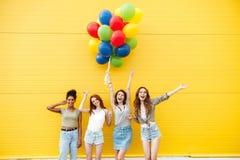 Lyckliga kvinnavänner har gyckel med ballonger Arkivbilder