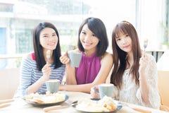 Lyckliga kvinnavänner i restaurang Royaltyfri Foto