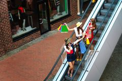 Lyckliga kvinnavänturister i shoppinggalleria fotografering för bildbyråer