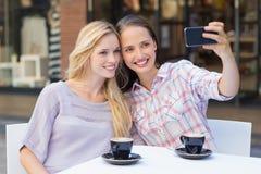 Lyckliga kvinnavänner som tar en selfie Royaltyfri Fotografi