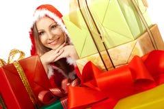 Lyckliga kvinnliga cristmasgiftboxes för stående Fotografering för Bildbyråer
