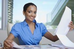 Lyckliga kvinnliga fastighetsmäklareLooking At Building modeller Arkivfoto