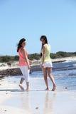 Lyckliga kvinnliga kompisar som tycker om på stranden Royaltyfria Foton