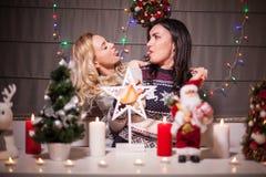 Lyckliga kvinnliga vänner som spelar i jul, dekorerade inre Royaltyfri Foto
