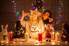 Lyckliga kvinnliga vänner som spelar i jul, dekorerade inre Royaltyfria Bilder