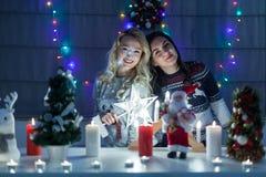 Lyckliga kvinnliga vänner som spelar i jul, dekorerade inre Arkivbild