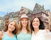 Lyckliga kvinnor över frankfurterkorven - f.m. - huvudsaklig bakgrund Royaltyfria Bilder