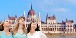 Lyckliga kvinnor över hus av parlamentet i budapest Arkivfoton