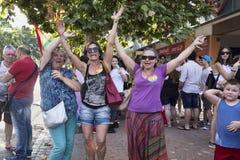 Lyckliga kvinnor dansar och firar den Lazio stolthetdagen i Rome Arkivbild
