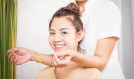 Lyckliga kvinnor får skuldramassage Arkivbild