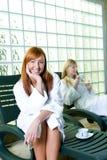 lyckliga kvinnor för deckchair Arkivbild