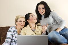 lyckliga kvinnor för konversation Royaltyfri Fotografi