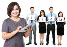 Lyckliga kvinnor för mogen affär med hennes personal, teamworkbegrepp Arkivbild