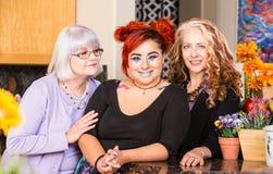 Lyckliga kvinnor i färgrikt kök arkivbilder