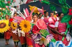 Lyckliga kvinnor i folkmassa av folk på det ljust ståtar av den traditionella Goa karnevalet Royaltyfria Foton
