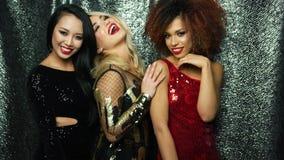 Lyckliga kvinnor i ljusa glamourklänningar stock video