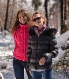 Lyckliga kvinnor i vinter Arkivbild
