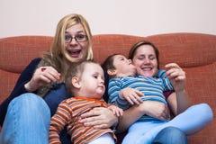 Lyckliga kvinnor med barn Arkivfoto