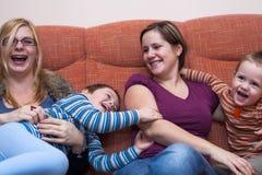Lyckliga kvinnor med barn Arkivbild
