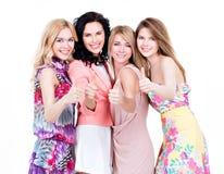 Lyckliga kvinnor med tummar up tecknet Royaltyfri Foto