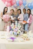 Lyckliga kvinnor på en baby shower Arkivbilder