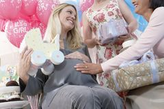 Lyckliga kvinnor på en baby shower Royaltyfria Foton