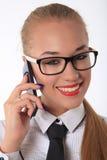 Lyckliga kvinnor som talar på telefonen Arkivfoto