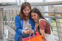 Lyckliga kvinnor som tar Selfie, når att ha shoppat Ta självståenden Royaltyfri Fotografi