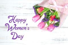 Lyckliga kvinnors dag med buketten av tulpan i bakgrund Arkivfoto