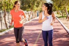 Lyckliga löpare utomhus arkivbilder