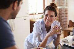 Lyckliga latinamerikanska par i kök i morgonen, slut upp Arkivbild