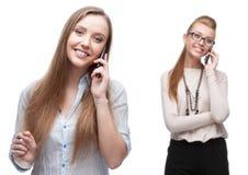 Lyckliga le affärskvinnor som stannar till mobiltelefonen Royaltyfri Fotografi