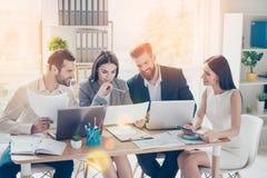 Lyckliga le businesspeople som analyserar resultaten av deras arbete royaltyfria foton