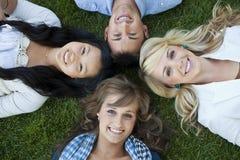 lyckliga le deltagare för högskola Arkivfoto