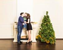 Lyckliga le föräldrar och barn hemma som firar nytt år jul min version för portföljtreevektor Arkivbild