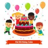 Lyckliga le fira ungar med födelsedagkakan Royaltyfri Bild