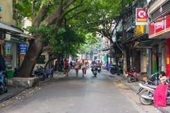 Lyckliga le kvinnaturister som går gatorna på Hanoi Royaltyfri Fotografi