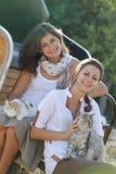 Lyckliga le kvinnor med katten Royaltyfria Foton